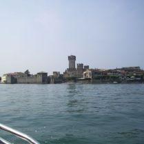 Vista del castello di Sirmione dal lago